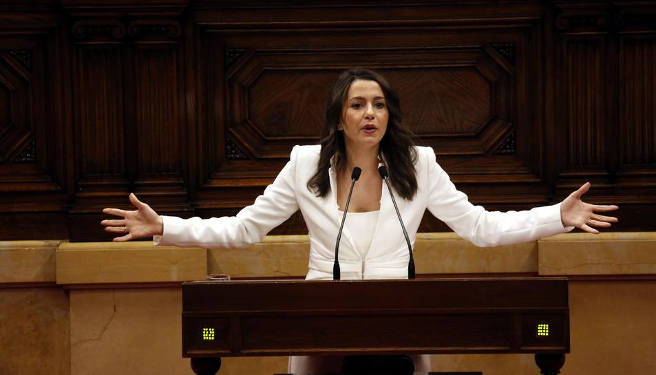 La presidenta del grup parlamentari de Cs, Inés Arrimadas, obre els braços durant la seva intervenció a la investidura de Quim Torra.