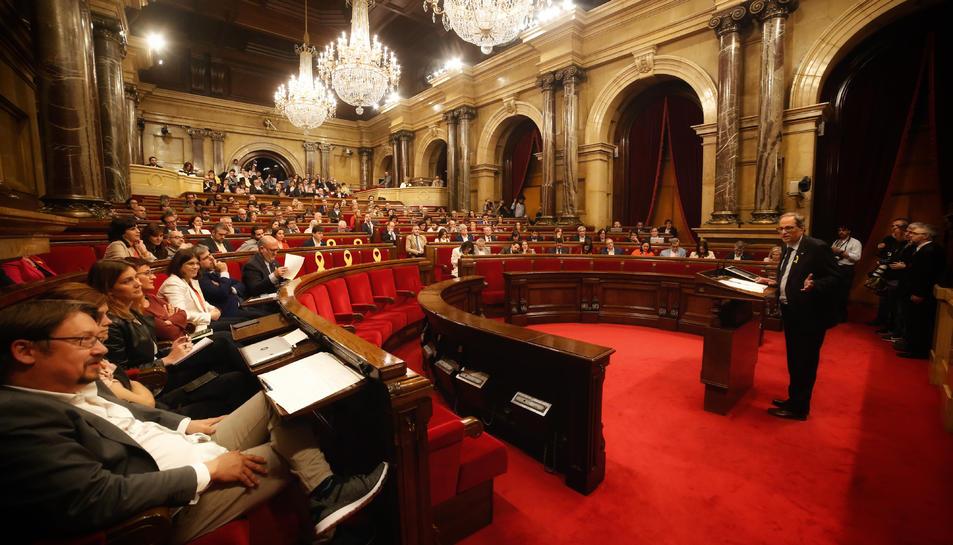 Quim Torra es dirigeix al Parlament.