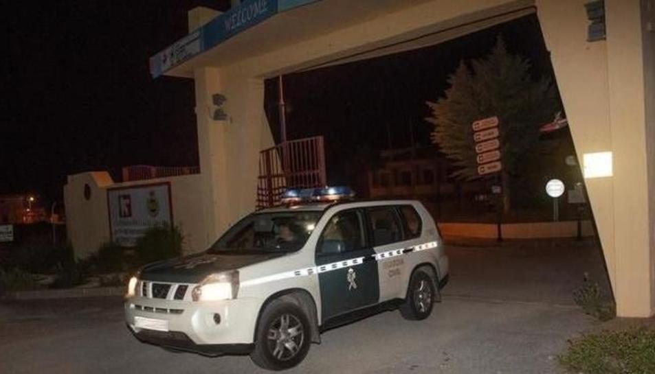 Una patrulla de la Guàrdia Civil sortint del lloc dels fets