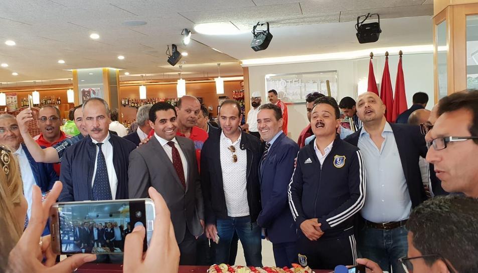 Els advocats es van fer diverses fotos amb el cònsol Abdelaziz Jatim