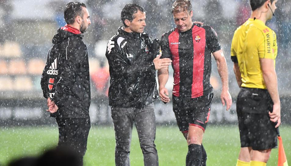 L'expulsió d'Olmo als vint minuts va obligar el CF Reus a reorganitzar-se i adaptar-se per sobreviure.