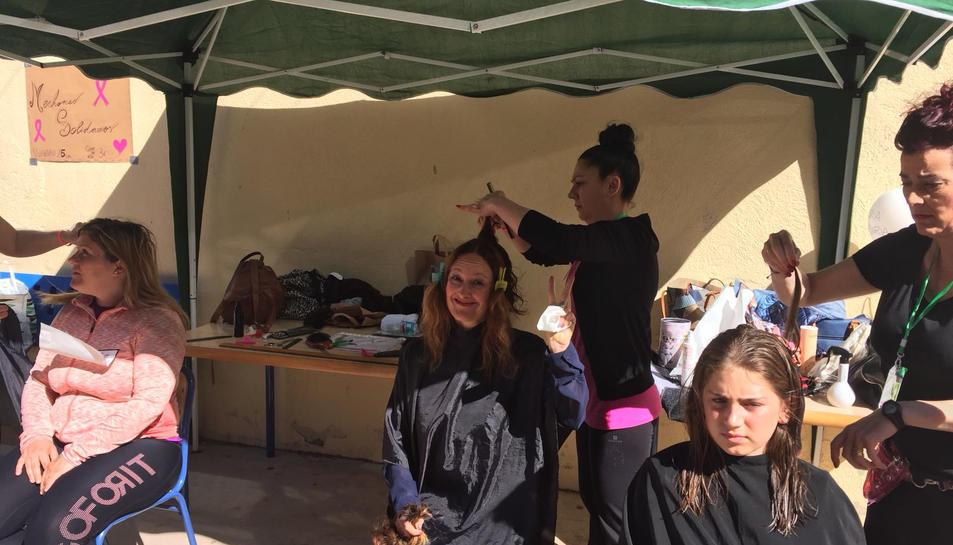 Taller de perruqueria solidària a les instal·lacions del centre.