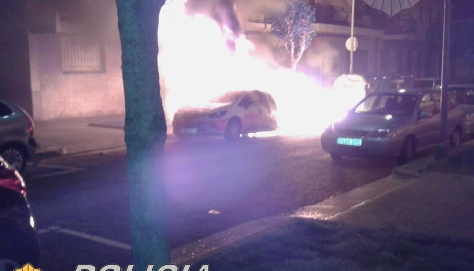 El foc ha destrossat un cotxe estacionat
