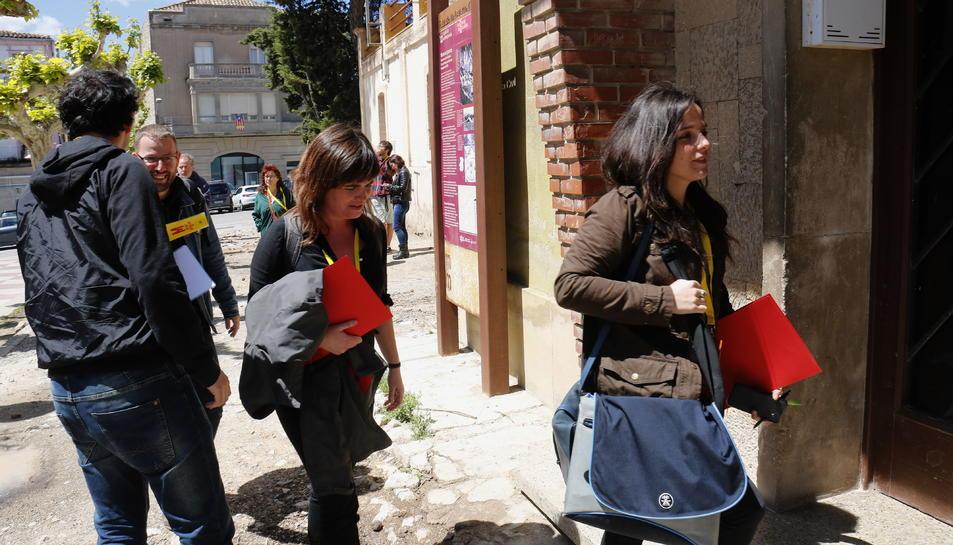 La diputada de la CUP, Maria Sirvent, entra a la seu del Centre Obrer Instructiu d'Unió Republicana, a Cervera, moments abans de la celebració del Consell Polític. Unes passes més enrere, el també diputat Vidal Aragonès.
