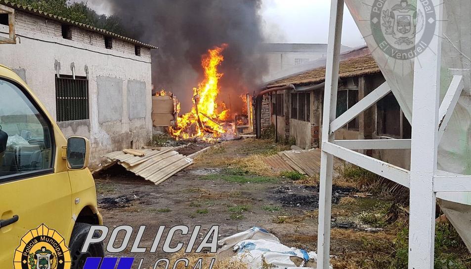 El foc va cremar unes fustes de l'exterior