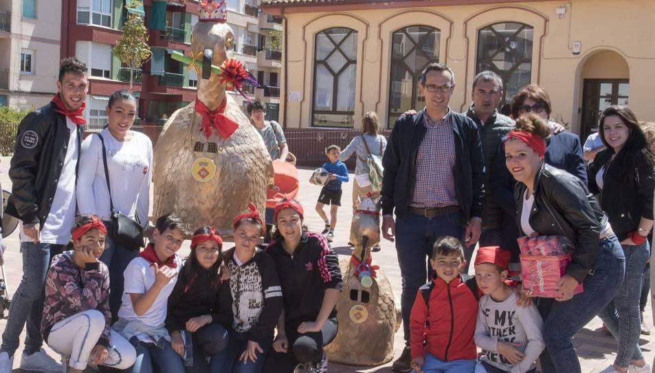 L'Àliga petita al costat dels seus portadors i l'alcalde de Constantí