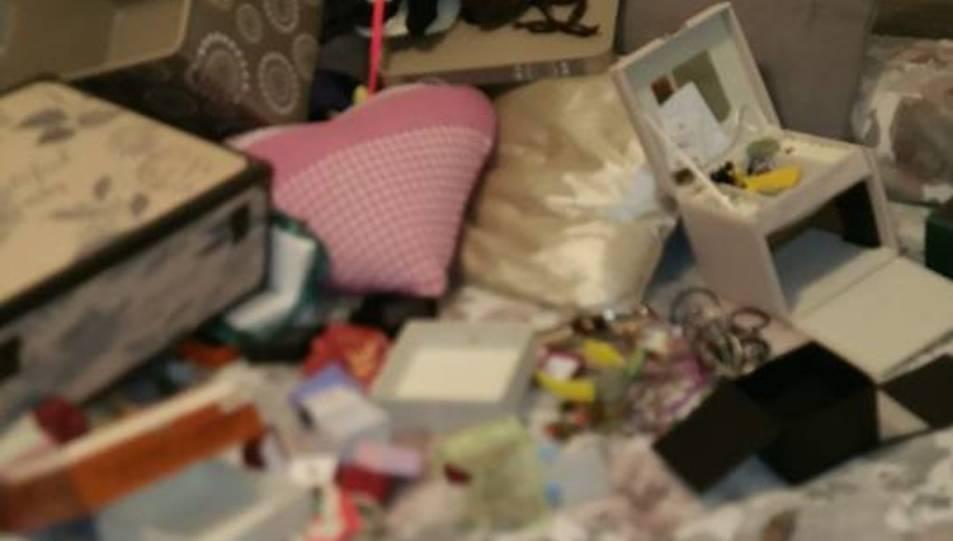 Fotografia del llit dels propietaris després del robatori, amb les capses de les joies buides