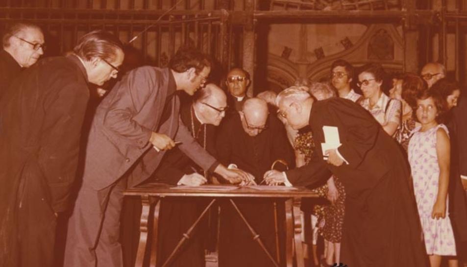 Pont i Gol signa la recepció de les restes a la Catedral, el 1978.