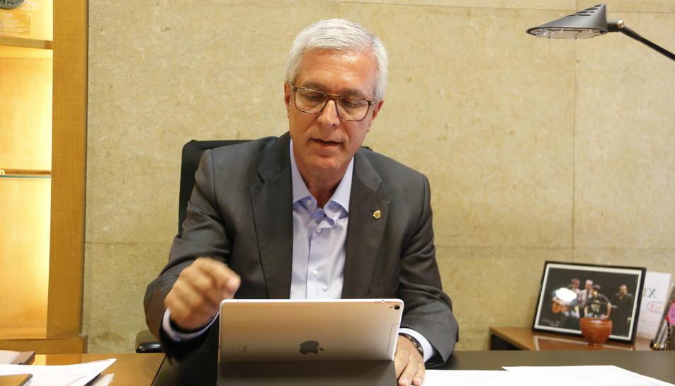 Pla mig de l'alcalde de Tarragona, Josep Fèlix Ballesteros, consultant la seva tauleta. Imatge del 14 de maig de 2018
