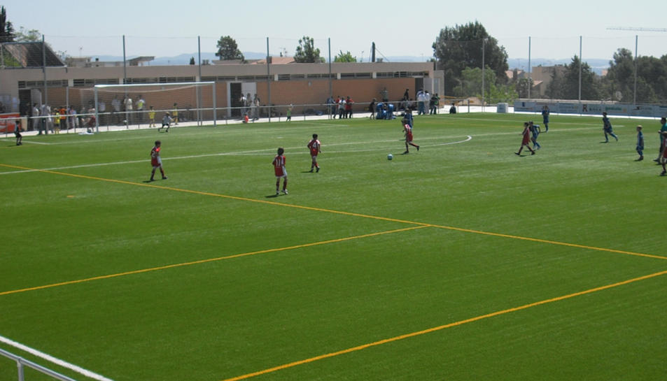 Els alcoverencs han escollit la dotació d'uns nous serveis públics al camp de futbol per 63 vots.