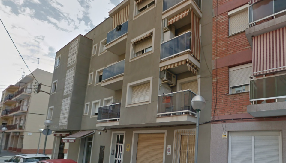 Imatge del l'edifici del carrer Vint-i-u, on s'ha produït l'incendi.