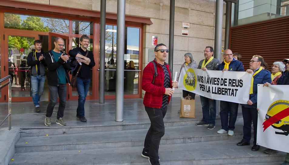 Els bombers sortint de les dependències dels jutjats de Reus.