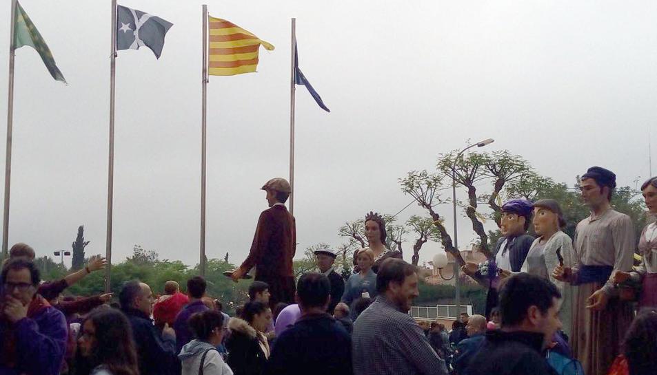 La imatge de la bandera durant un acte geganter davant l'Ajuntament aquest cap de setmana.