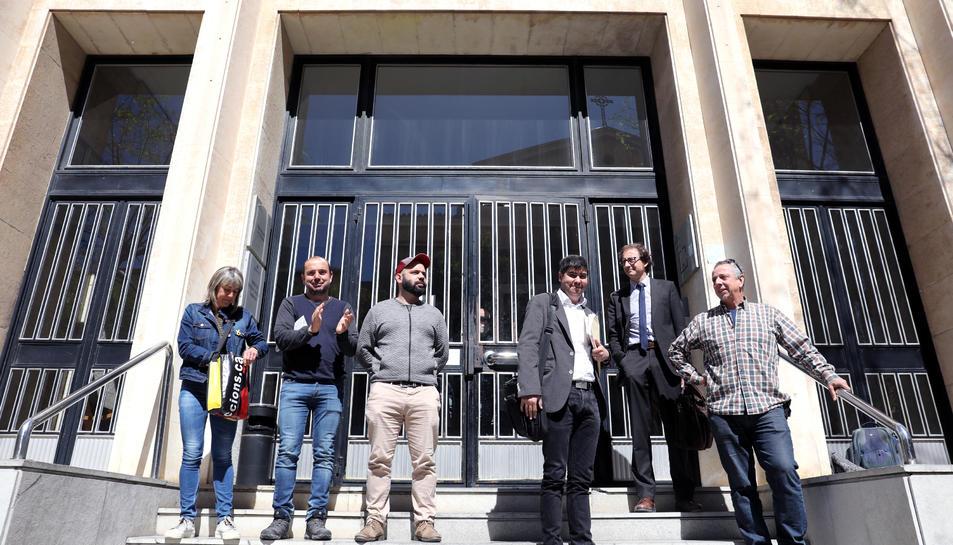 Els investigats a les portes dels jutjats de Tarragona.
