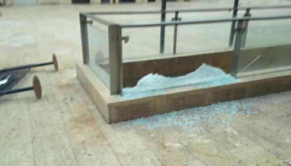 La bretolada va acabar amb un vidre trencat.