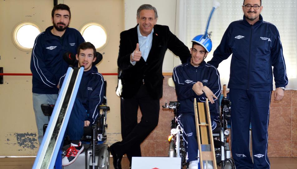 Josep Boronat, director d'afers públics de Dow, al centre, amb dos esportistes.