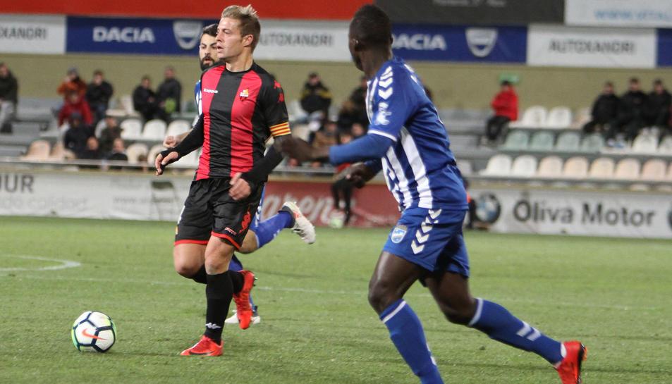 Jesús Olmo, durant una acció del CF Reus-Lorca disputat a l'Estadi Municipal de Reus aquesta temporada.