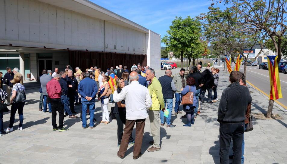 Concentració de l'ANC davant els jutjats del Vendrell per donar suport als alcaldes de Llorenç del Penedès i Banyeres del Penedès.