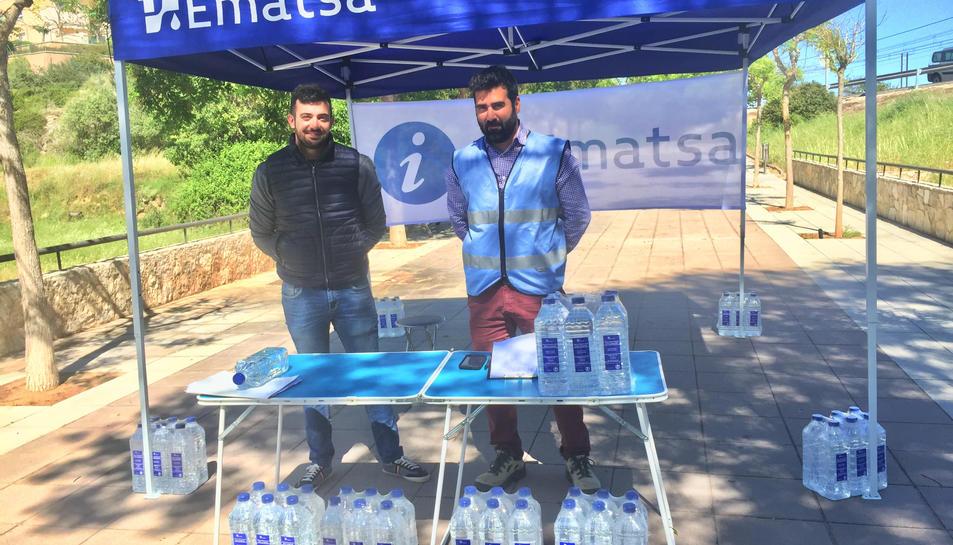 Ematsa ha instal·lat una carpa a la zona i reparteix ampolles aigua.