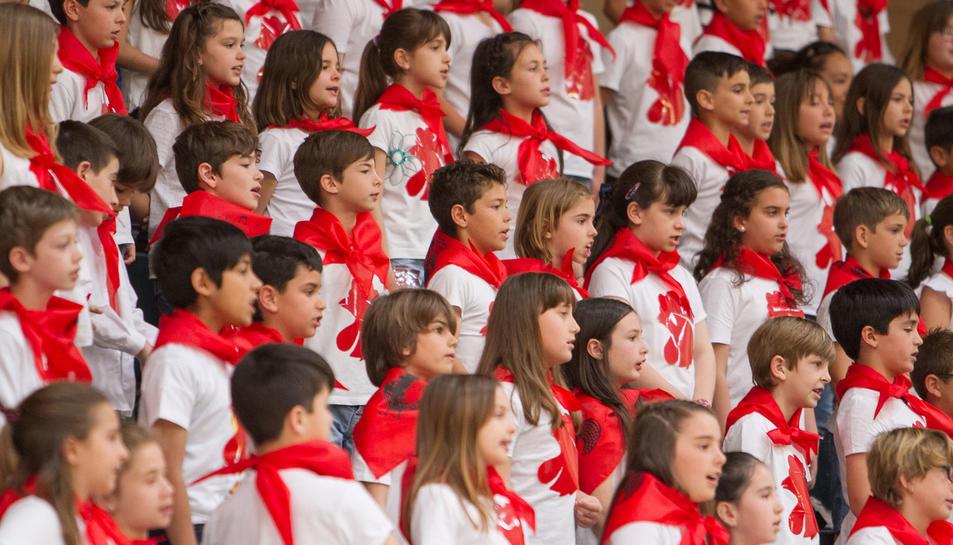 Els nens i nenes cantant la cançó.