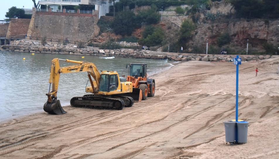 Imatge dels gtreballs de recuperació de la sotrra a les platges de Salou.