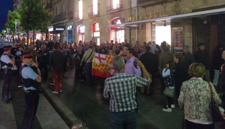 Manifestants i espectadors davant del teatre Metropol.