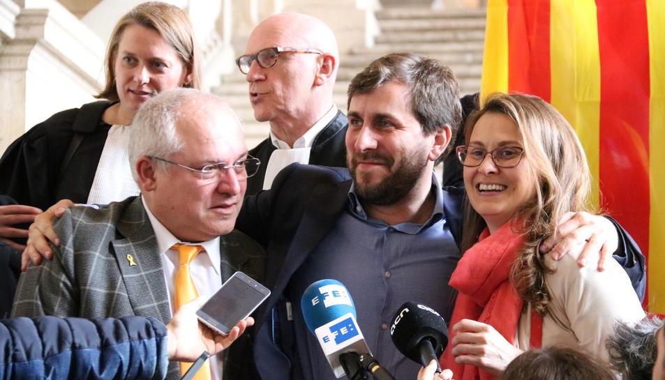 Els consellers cessats pel 155 Lluís Puig, Toni Comín i Meritxell Serret després de conèixer la decisió del jutge belga.
