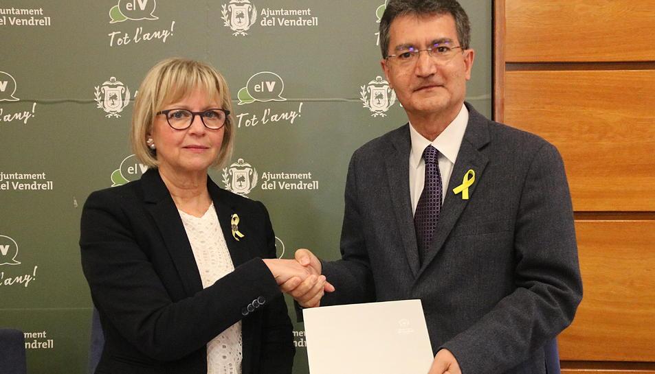 La regidora de Cultura del Vendrell, Eva Serramià, amb el president de l'Associació de la Capital de la Cultura Catalana, Xavier Tudela.