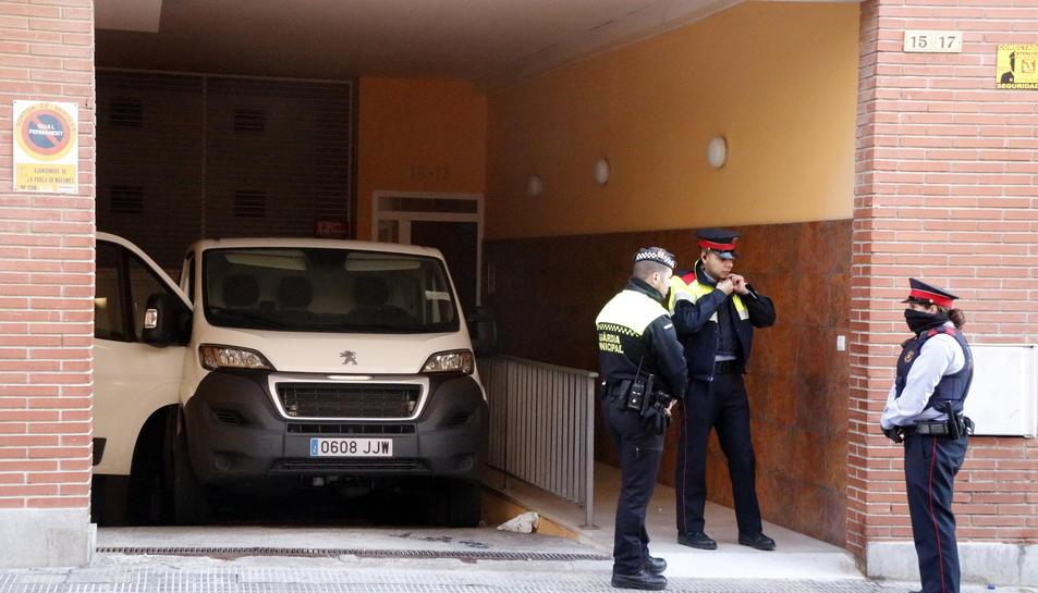 El vehicle funerari davant l'edifici on es va produir l'assassinat el matí del 18 de desembre de 2016.