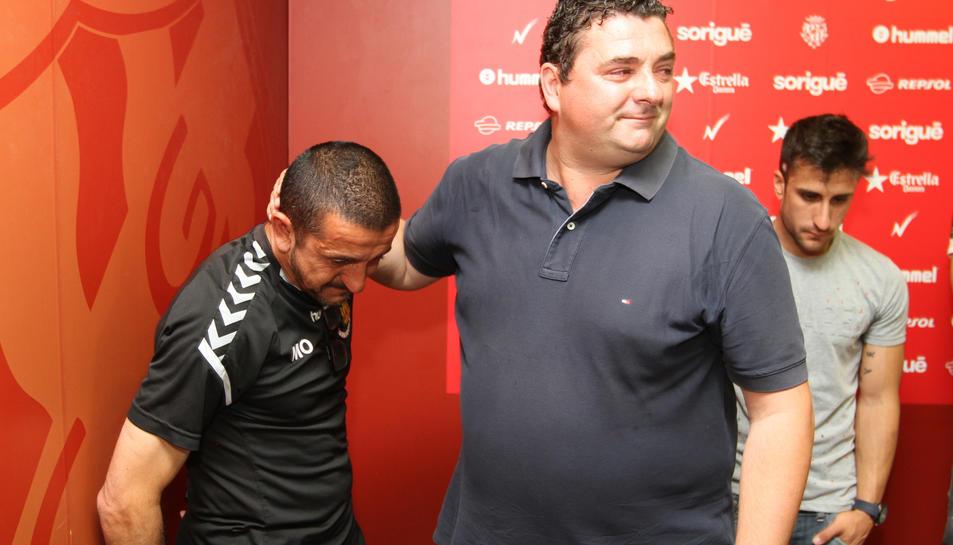 Emilio Viqueira, durant el seu adéu, al costat de Manolo Oliva, entrenador de porters del Nàstic.