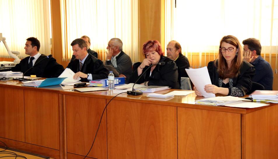 Els quatre acusats asseguts a la banqueta -amb els seus advocats-, en el judici per un cas de corrupció urbanística a Querol.
