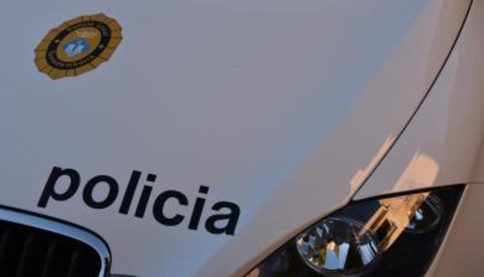 Els agents van detectar un vehicle que circulava fent ziga-zagues i envaint el carril contrari.
