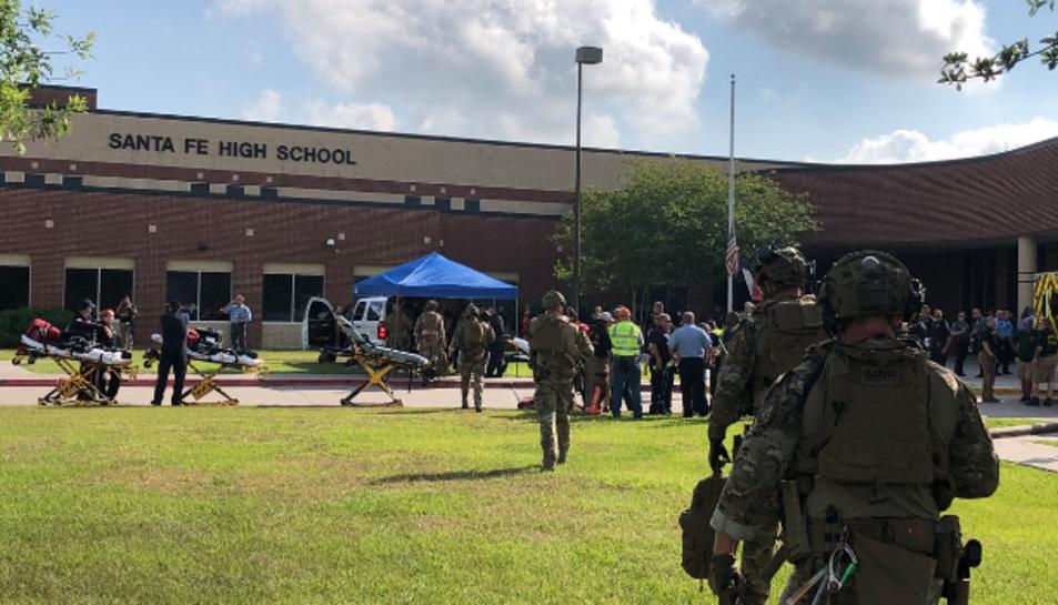 Imatge de l'exterior de l'escola en el moment en el que intervenien les forces de seguretat.