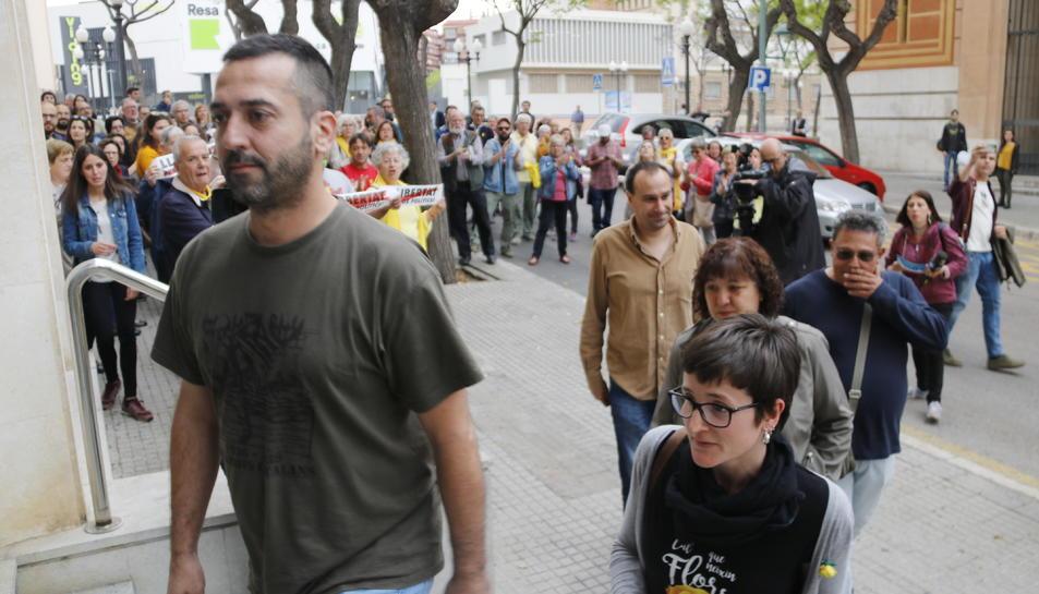Imatge de cinc dels investigats per la vaga del 8-N entrant als jutjats de Tarragona.