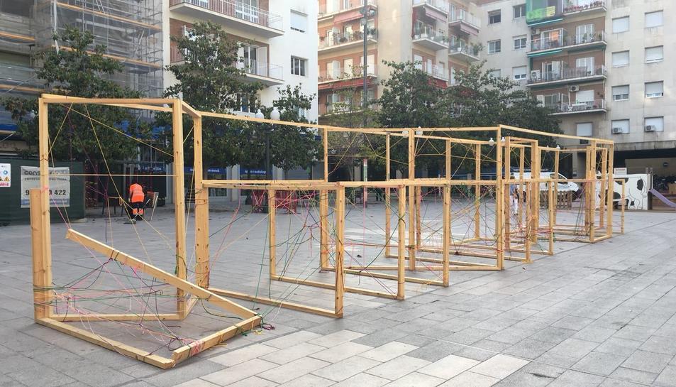 Imatge de l'estructura de fusta on estaven col·locades les fotografies.