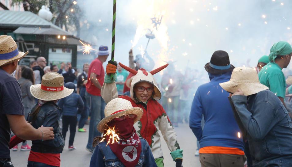 Imatge d'un membre del Ball de Diables Petit durant les festes de Santa Tecla.