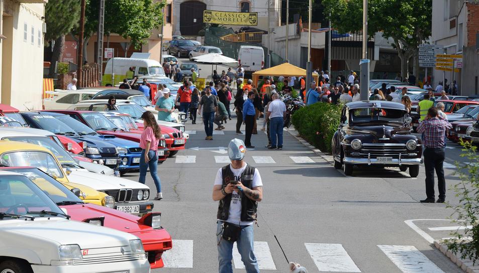 La trobada de vehicles clàssics va aplegar un centenar de participants.