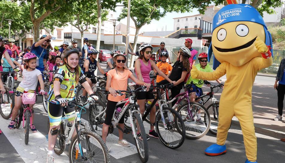 La mascota dels Jocs Mediterranis va acompanyar els ciclistes a la línia de sortida.