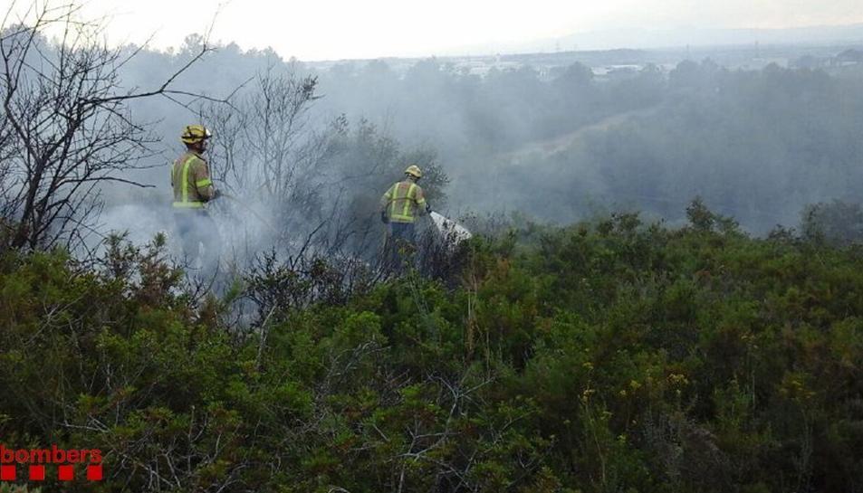 Tres dotacions dels Bombers van extingir el foc en prop de mitja hora.