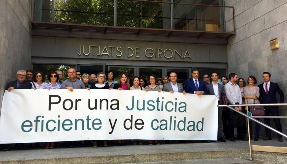 Imatge de la concentració de jutges i fiscals als Jutjats de Girona.