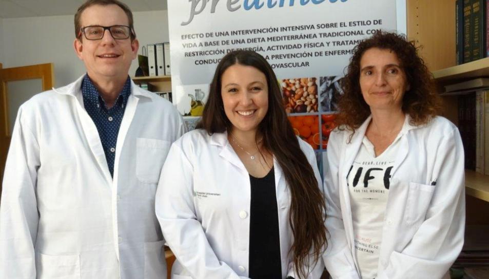 La investigadora predoctoral Lucia Camacho, amb la investigadora Mònica Bulló i el catedràtic Jordi Salas-Salvadó.