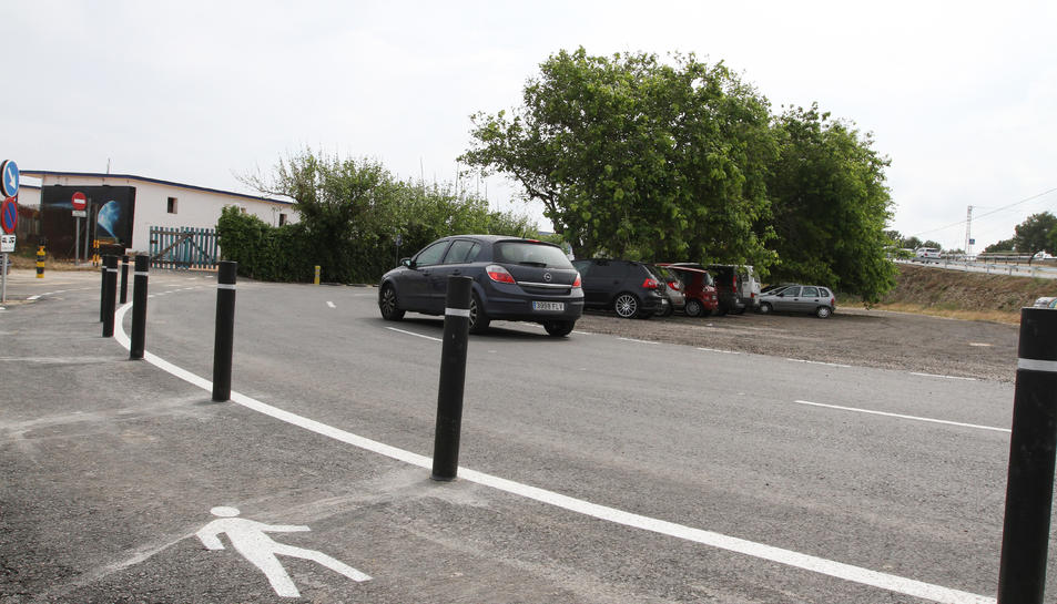 Aspecte que ofereix la zona d'aparcament i el vial destinat a vianants, separat amb pilons.