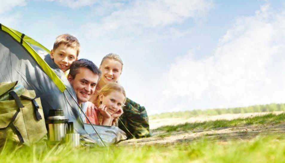 Família gaudint de vacances en un càmping.