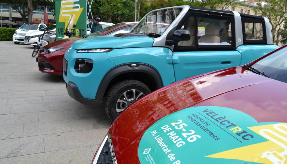 Cotxes elèctrics de la mostra estacionats a la Plaça Llibertat.