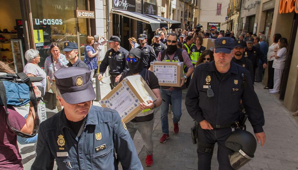 Els agents de la Policia Nacional, després de l'escorcoll a Reus.