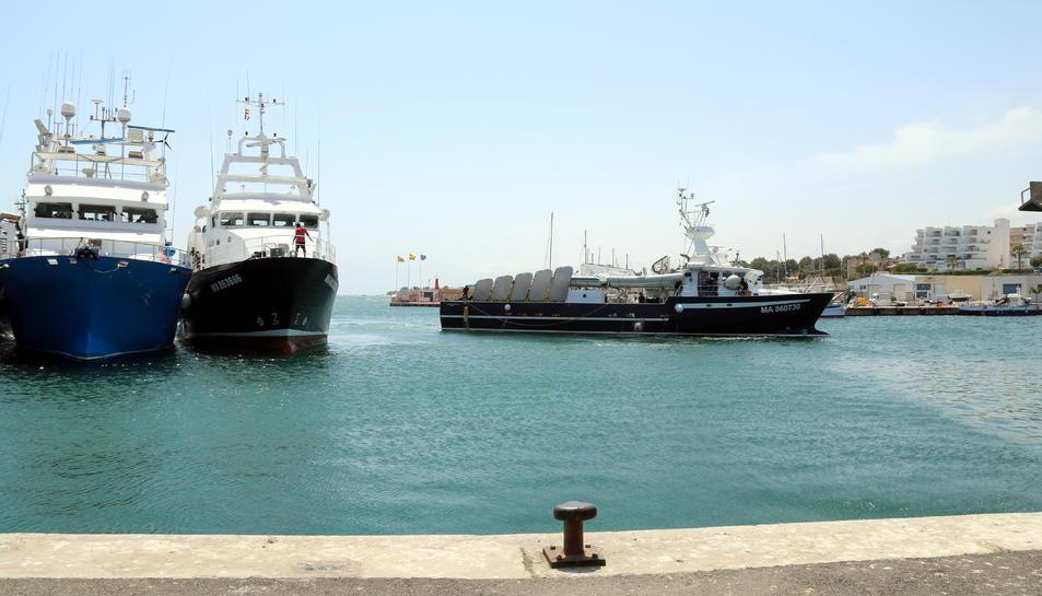 La primera de les barques de la flota tonyinaire de l'Ametlla de Mar, sortint de port per començar la campanya de pesca de la tonyina roja. Imatge del 25 de maig de 2018 (horitzontal)