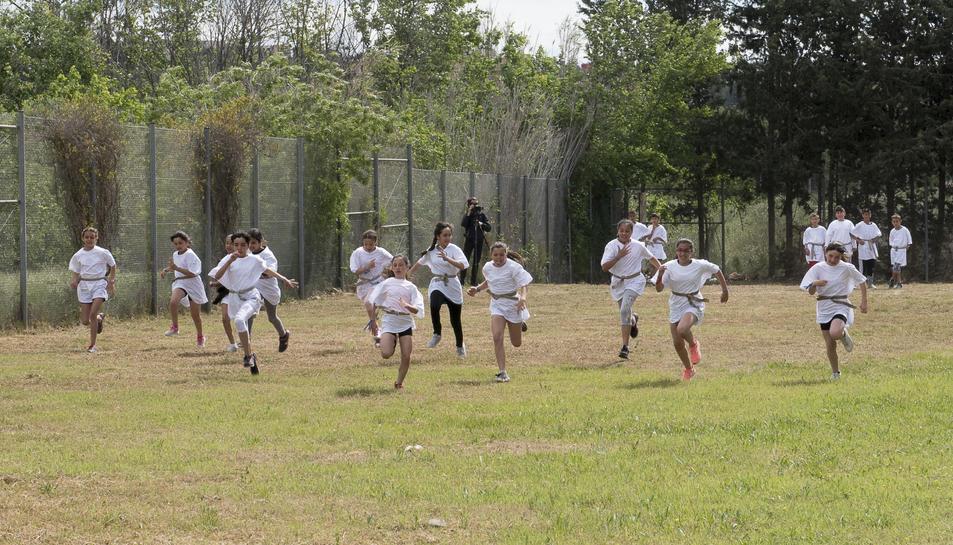 Els nens i nenes participant en una de les activitats.