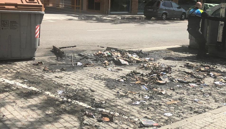 Imatge de contenidor calcinat al carrer Mas Iglesias.