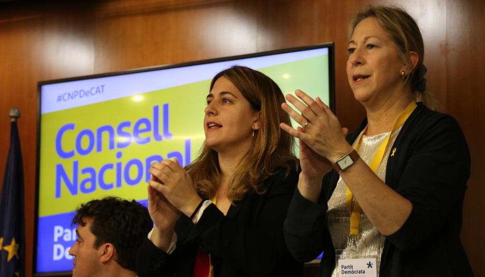 La coordinadora general i la presidenta del PDeCAT, Marta Pascal i Neus Munté, aplaudint al Consell Nacional.