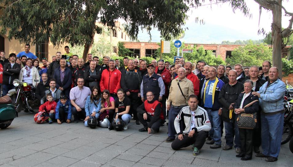 Fotografia de grup dels participants a la XXIX Sortida de Motos Antigues de l'Aleixar.